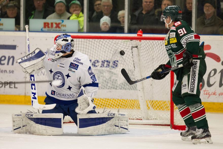 TINGSRYD, SVERIGE - 11 DECEMBER 2015 : Tingsryd 91 Joakim Högberg kan se Tingsryd 82 Alexander Ruuttu (ej i bild) skott gå in i mål till 4-3 ledning under matchen i HockeyAllsvenskan mellan Tingsryd och Leksand på Nelson Garden Arena i Tingsryd den 11 december ( Foto: Lars Nilsson / Pic-Agency ) Nyckelord Keywords: Sport, HockeyAllsvenskan, Tingsryd, Leksand