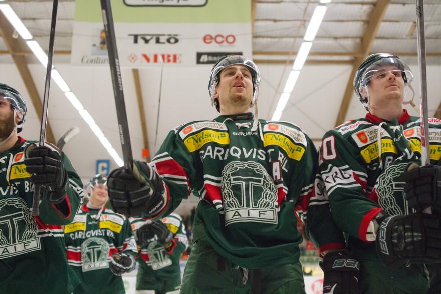 Filip Owesson med lagkamrater tackade Gröna Brigaden för stödet under matchen