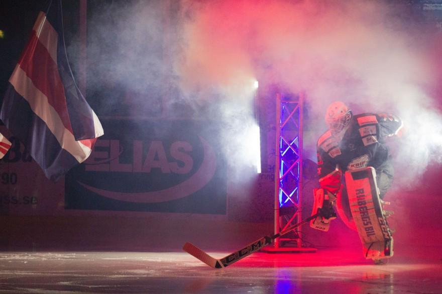 KRIF Hockeys målvakt Oscar Malm på väg in under introt