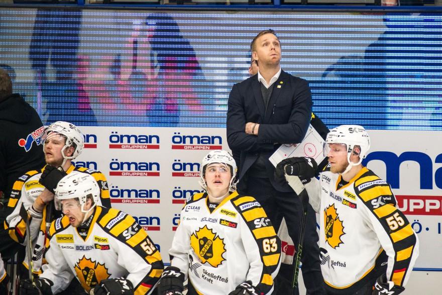 VÄXJÖ, SVERIGE - 11 APRIL 2016 : Skellefteå ass tränare Bert Robertsson tittar på matchuret i slutsekunderna precis innan Växjö kvitterar under matchen i SM-semifinal mellan Växjö och Skellefteå på Vida Arena i VÄXJÖ den 11 april ( Foto: Lars Nilsson / Pic-Agency ) Nyckelord Keywords: Sport, SM-semifinal, Växjö, Skellefteå