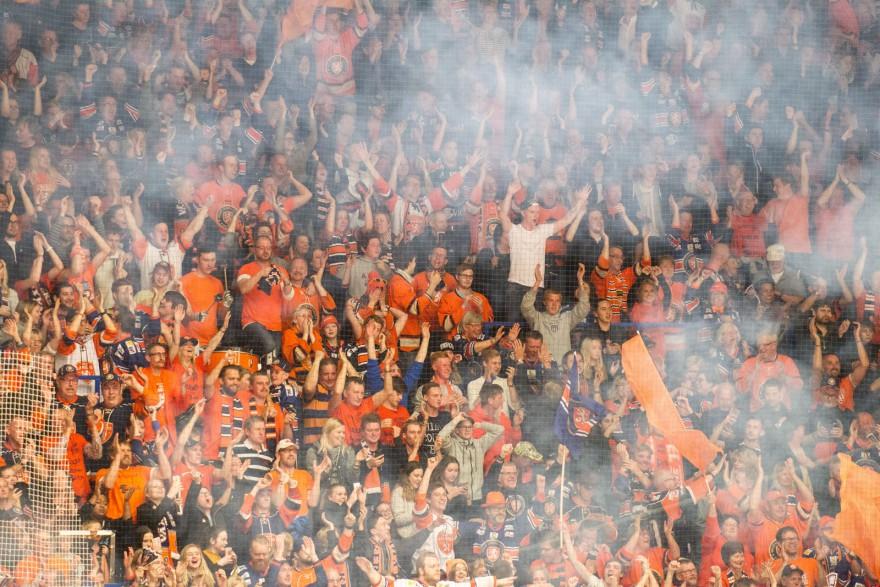 VÄXJÖ, SVERIGE - 11 APRIL 2016 :  Hemmastå i extas efter suddensegern under matchen i SM-semifinal mellan Växjö och Skellefteå på Vida Arena i VÄXJÖ den 11 april ( Foto: Lars Nilsson / Pic-Agency ) Nyckelord Keywords: Sport, SM-semifinal, Växjö, Skellefteå jubel jublande glad glädje lycka happy happiness celebration celebrates publik fan fans supporter supportrar klack supporters audience crowd