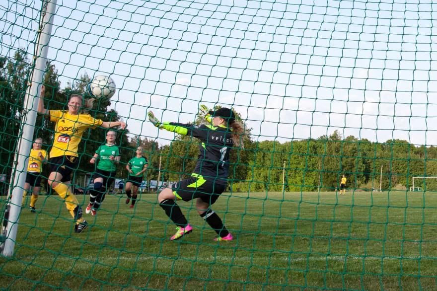 0-1 är ett faktum när Emmabodas Sandra Berg  tar hand om en ribbretur