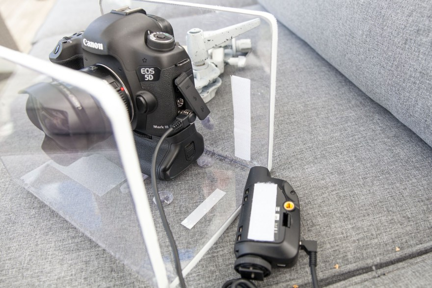 Kardborreband på baksidan av mottagaren och kameralådan
