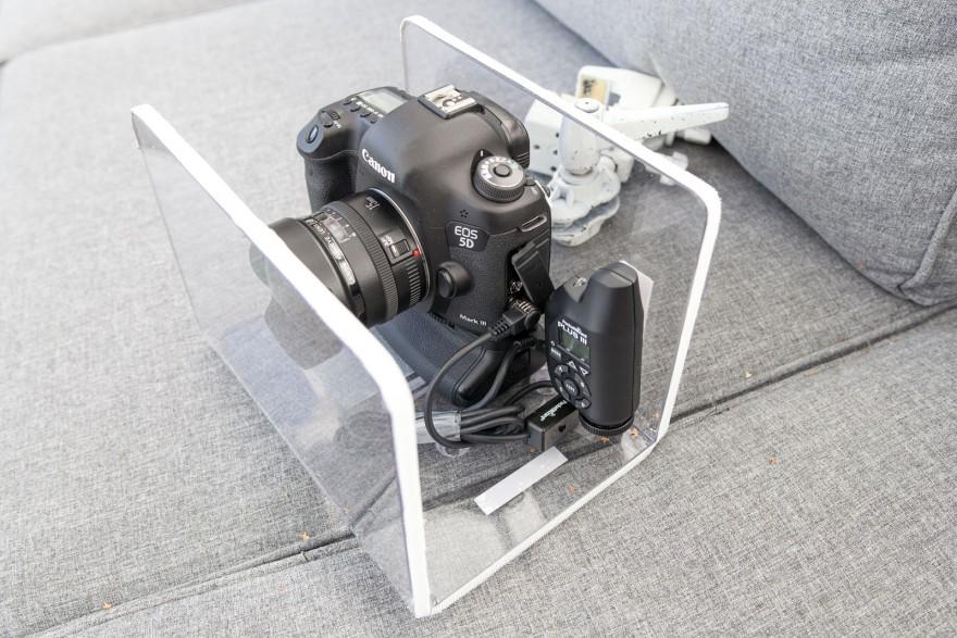 Mottagaren upphängd i kameralådan med kardborrebanden