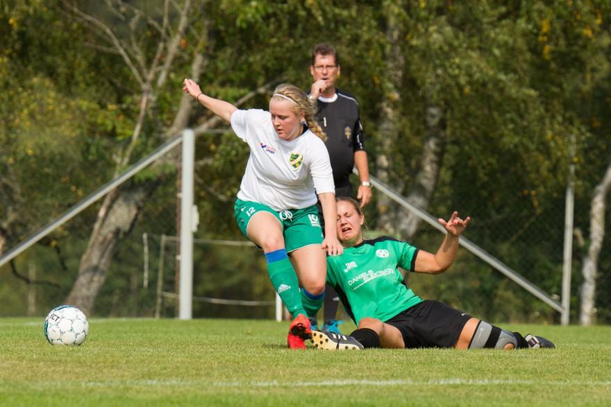 Jofenon Håkansson skadar sitt knä i denna situationen under den första halvleken