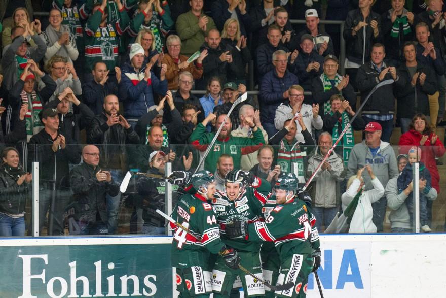 Tingsryd 18 Jacob Dahlström firar sitt 2-1 mål med lagkamrater framför hemmaklacken under matchen i HockeyAllsvenskan mellan Tingsryd och Vita Hästen på Nelson Garden Arena i Tingsryd den 19 september ( Foto: Lars Nilsson / Pic-Agency )