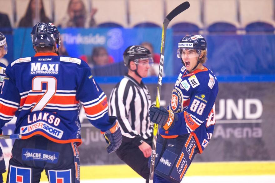 Växjö 88 Adam Brodecki skriker ut sin glädje efter sitt 1-0 mål under matchen i SHL mellan Växjö och Leksand på Vida Arena i VÄXJÖ den 27 september ( Foto: Lars Nilsson / Pic-Agency )