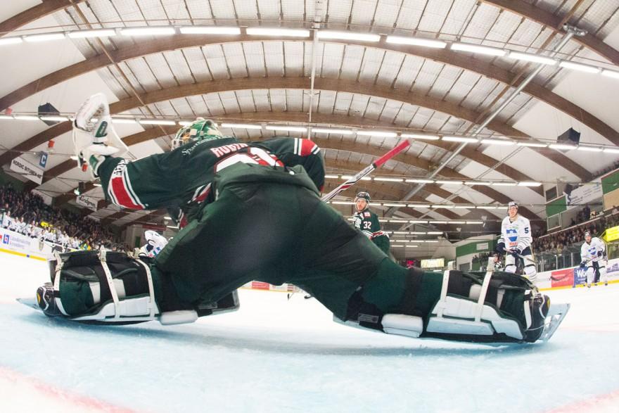 TV-plock av Tingsryd målvakt 31 Niklas Rubin under matchen i HockeyAllsvenskan mellan Tingsryd och Karlskoga på Nelson Garden Arena i Tingsryd den 28 september ( Foto: Lars Nilsson / Pic-Agency )