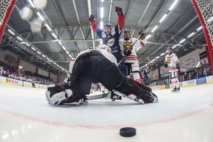 KRIF 10 Castan Sommer skriker ut sin glädje efter KRIF 9 Sebastian Bengtsson (ej i bild) 7-1 m,ål under matchen i HockeyEttan mellan KRIF och Dalen på Soft Center Arena i Kallinge den 2 oktober ( Foto: Lars Nilsson / Pic-Agency )