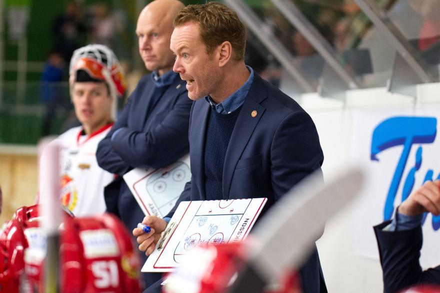 Almtuna tränare Niklas Eriksson under timeout under matchen i HockeyAllsvenskan mellan Tingsryd och Almtuna på Nelson Garden Arena i Tingsryd den 5 oktober ( Foto: Lars Nilsson / Pic-Agency )