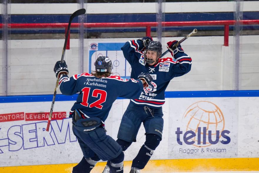 Mörrum 6 Linus Karlsson skriker ut sin glädje efter sitt 1-1 mål och Mörrum 12 Johannes Dennertoft skyndar till för att fira under matchen i J20 Elit mellan Mörrum och Tingsryd på Jössarinken i MÖRRUM den 11 Oktober ( Foto: Lars Nilsson / Pic-Agency )