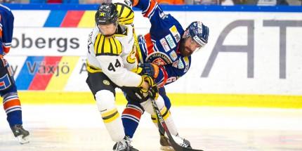 Närkamp mellan Brynäs 44 Jacob Blomqvist och Växjö 67 Linus Fröberg under matchen i SHL mellan Växjö och Brynäs på Vida Arena i VÄXJÖ den 15 Oktober ( Foto: Lars Nilsson / Pic-Agency )