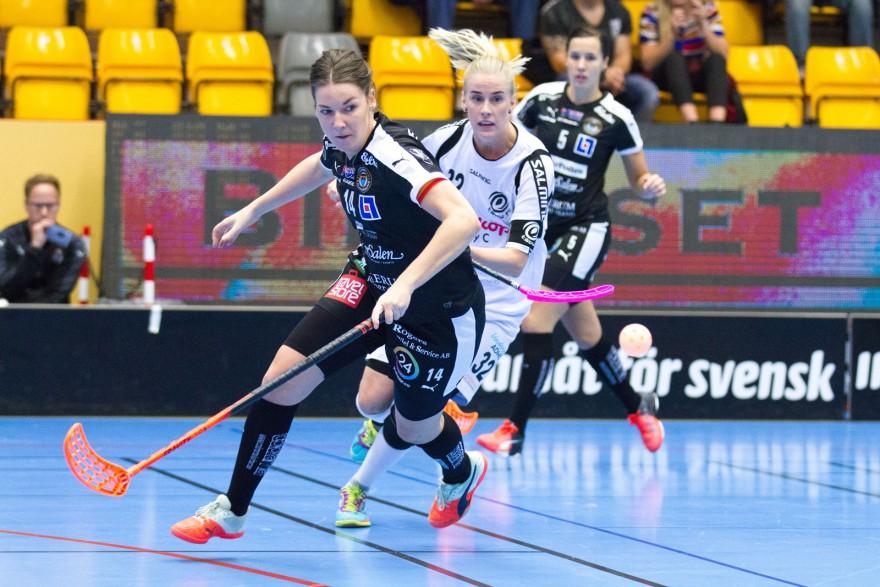 Kalmarsund 14 lagkapten Josefine Bengtsson och Täby 32 Jennifer Stålhult med fokus på bollen under matchen i SSL mellan Kalmarsund och Täby på Kalmar Sportcenter i KALMAR den 22 Oktober ( Foto: Lars Nilsson / Pic-Agency )