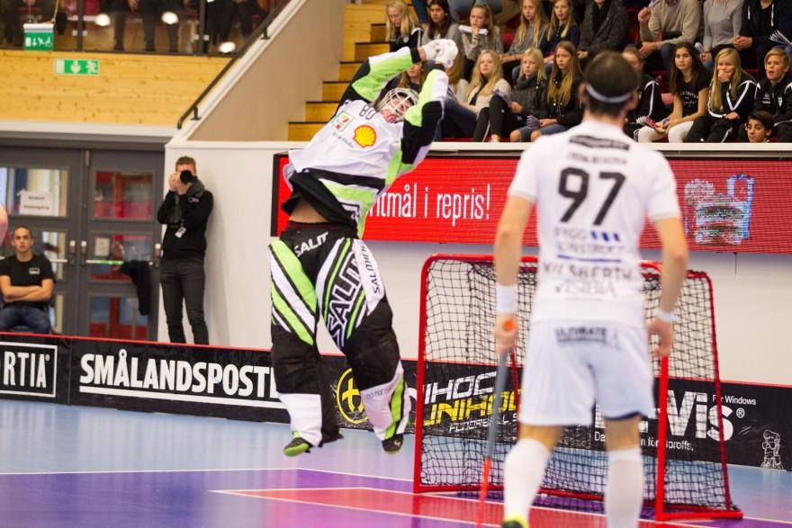 Storvreta målvakt 80 Viktor Klintsten fånga en luftpastej under matchen i SSL mellan Växjö och Storvreta på Fortnox Arena i VÄXJÖ den 23 Oktober ( Foto: Lars Nilsson / Pic-Agency )