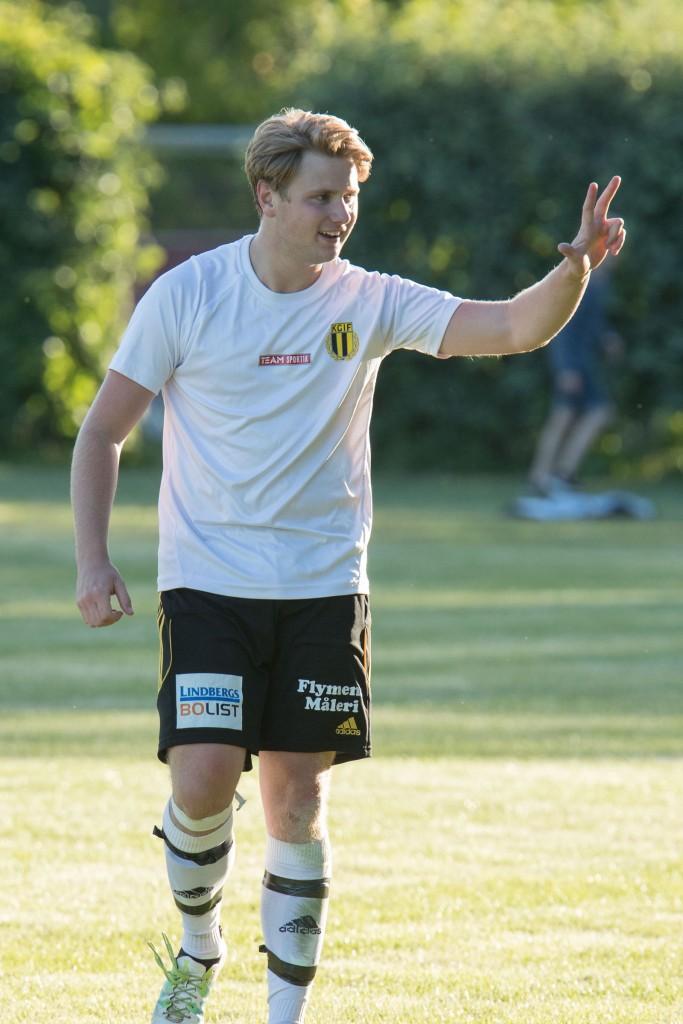 Kristianopels Hugo Blomkvist håller upp tre fingrar mot den egna avbytarbänken efter sitt tredje mål i matchen